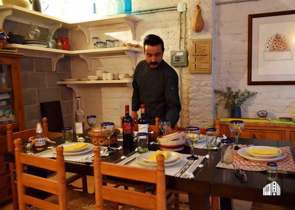 Gonzalo Sierra poniendo la mesa
