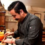 Gonzalo Sierra cocinando