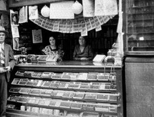 """""""Expendio de Lotería Nacional atendido por dos mujeres donde se venden también puros"""", 1940"""