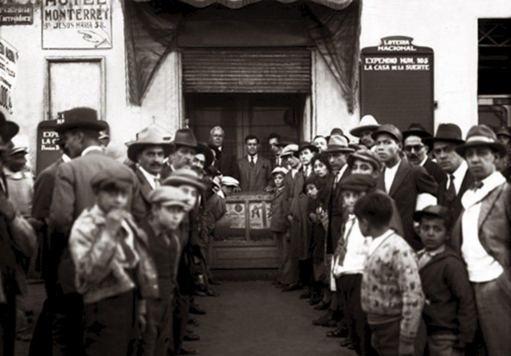 Don Elías Henaine en su expendio 'La Casa de la Suerte', 1926